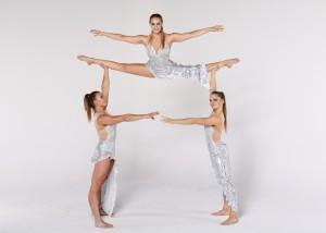 Pokaz  akrobacji trójki żeńskiej